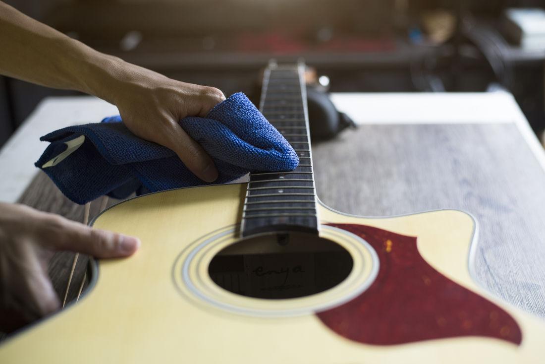 cuidar do violão - Limpando o pescoço do violão